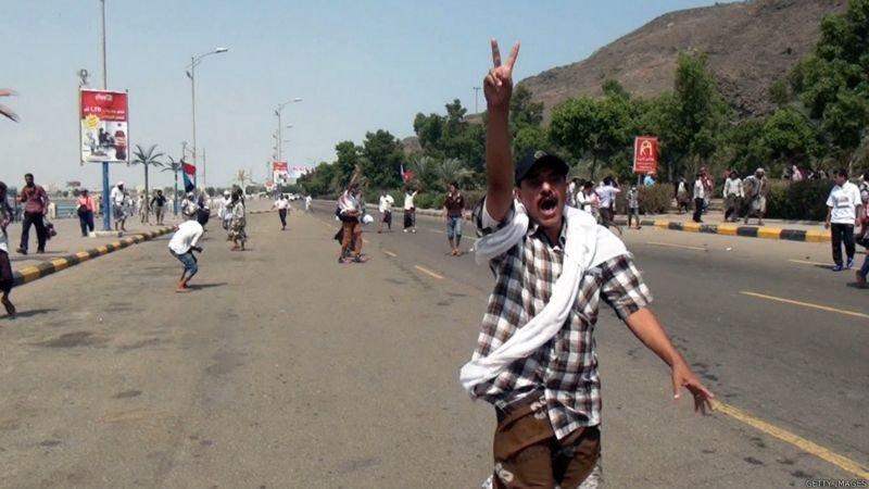 """دعا المتظاهرون إلى التصدي لما يصفونه """"بتحالف الشر وقوى الثورة المضادة""""."""