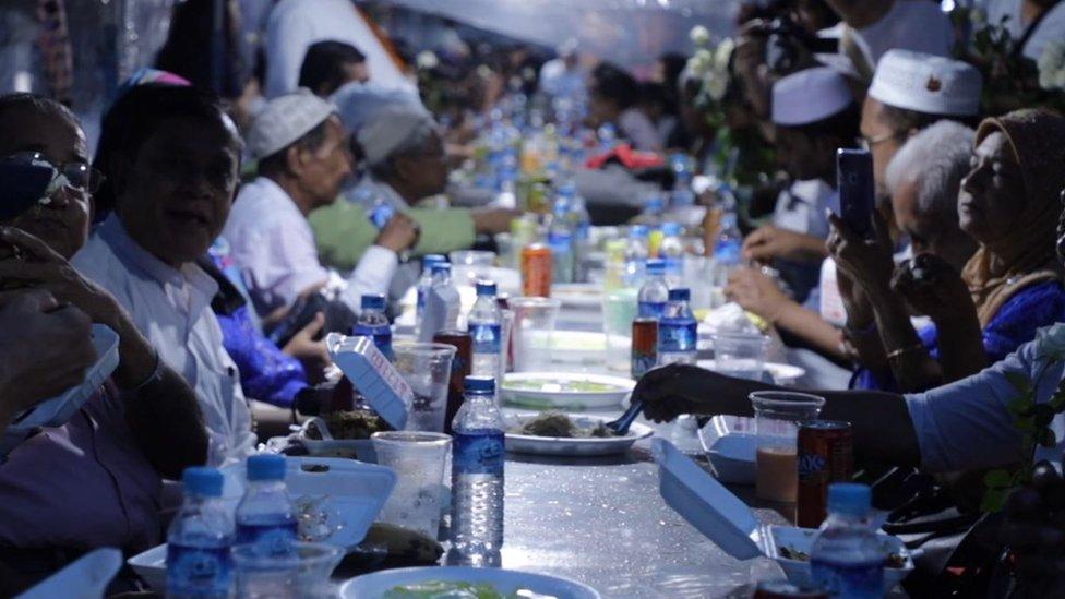 Acara buka puasa umat Islam di Myanmar.