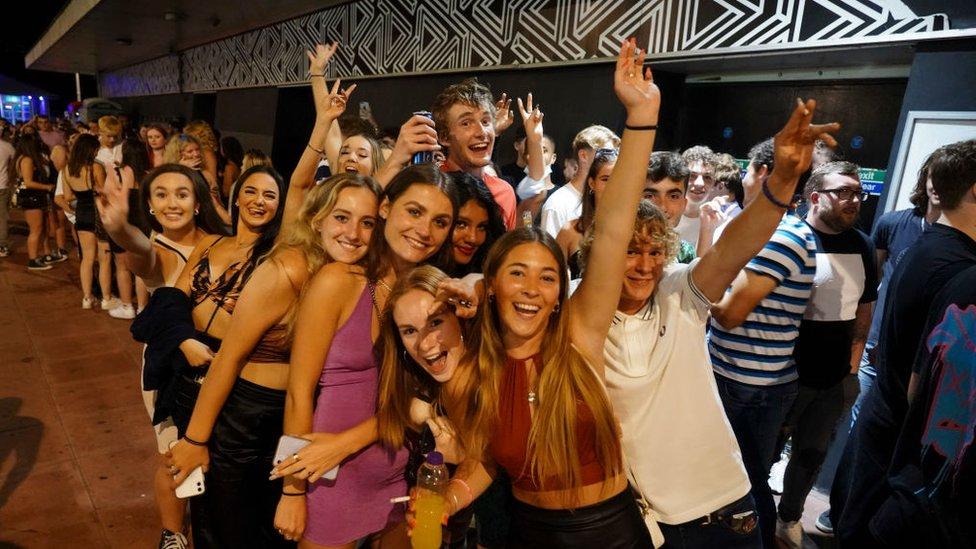 Clientes de un club nocturno en Brighton, Inglaterra celebran el fin de las restricciones.