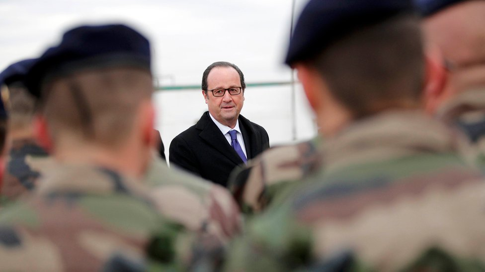 Francois Hollande speaks to French soldiers at the Iraqi Counter-Terrorism Service's academy near Baghdad (2 January 2017)