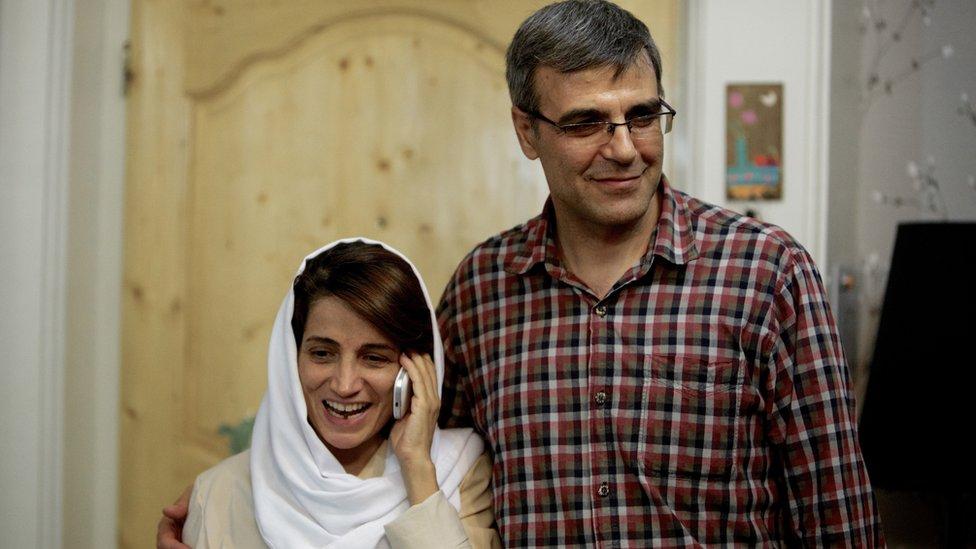 Nasrin Sotoudeh hablando por teléfono, hablando al lado de su esposo, Reza Khandan, en 2013. NO USAR / BBC