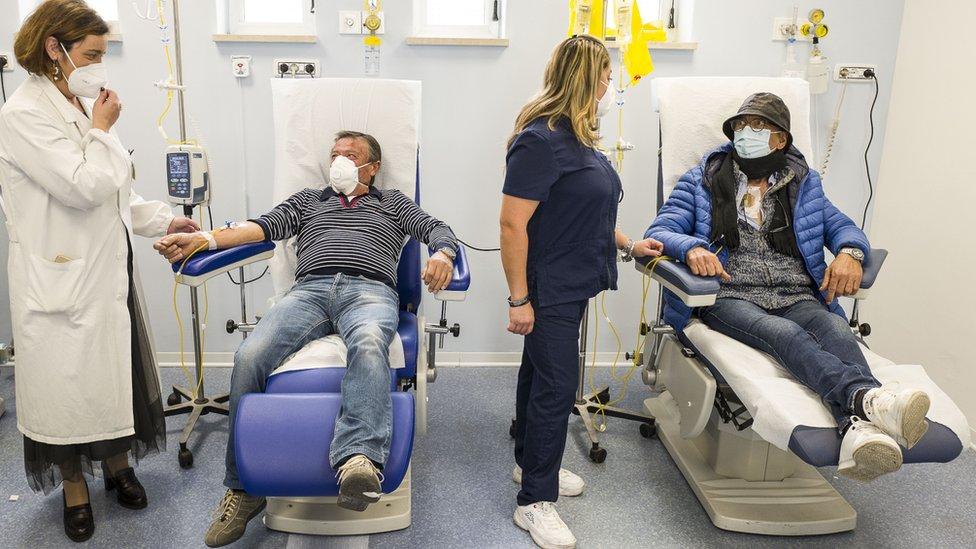 意大利西西里島卡塔尼亞省坎尼扎羅醫院化療室內癌症病人在新冠病毒防護措施下接受治療(25/11/2020)