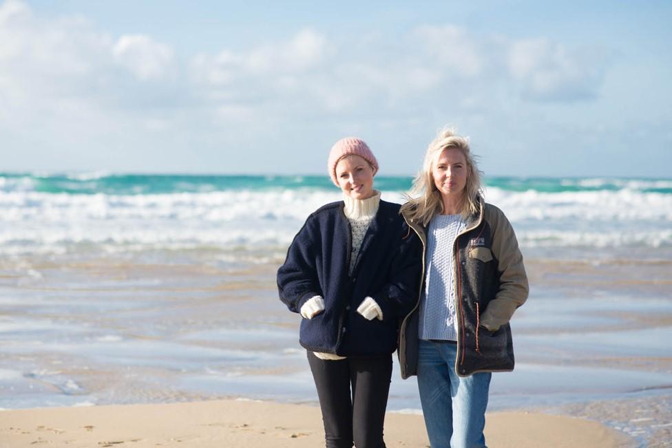 Kris Hallenga (izquierda) junto a su hermana gemela Maren.
