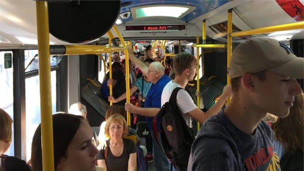 Ljudi u autobusu gradskog prevoza u Beogradu