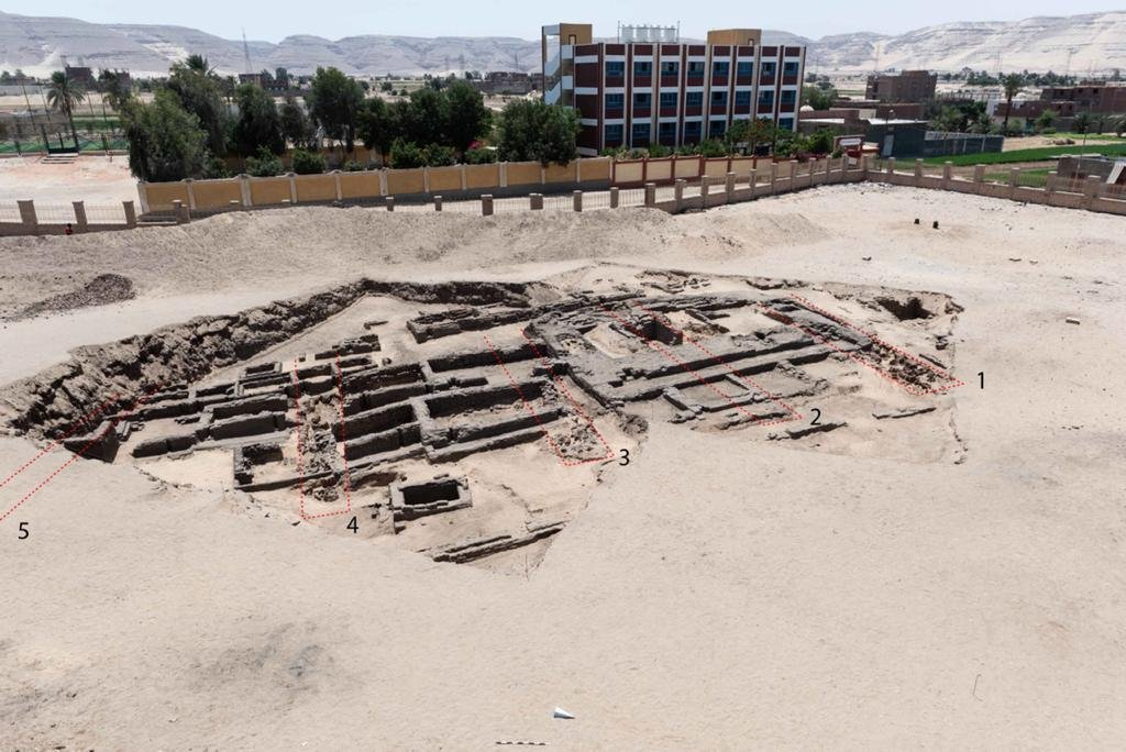 """حديثا أعلنت وزارة السياحة والآثار المصرية عن اكتشاف ما وصفته """"بأقدم مصنع للبيرة في التاريخ"""""""