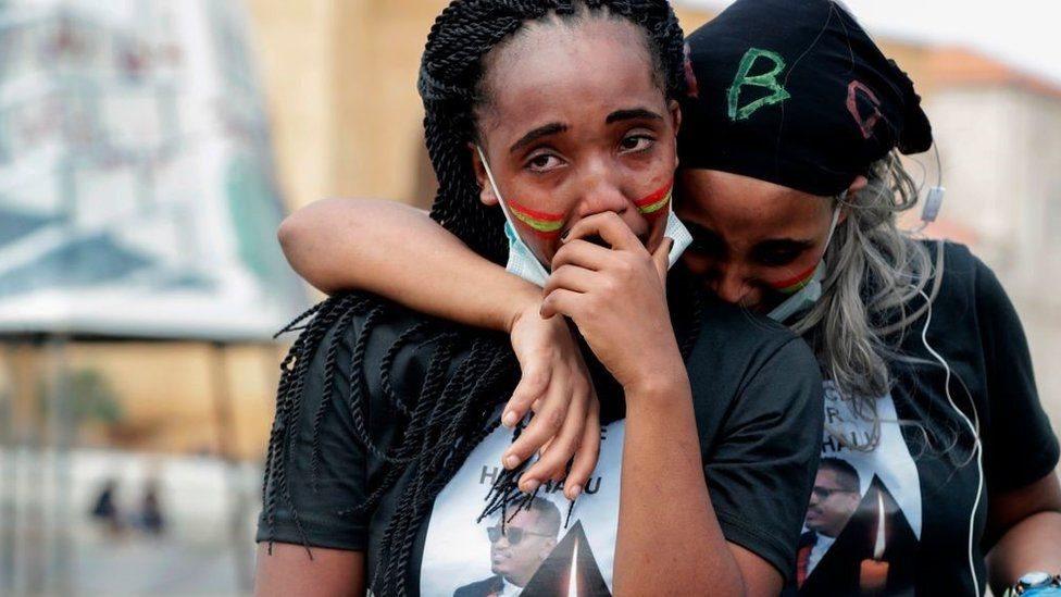 اثنتان من الأورومو تبكيان هاشالو هونديسا