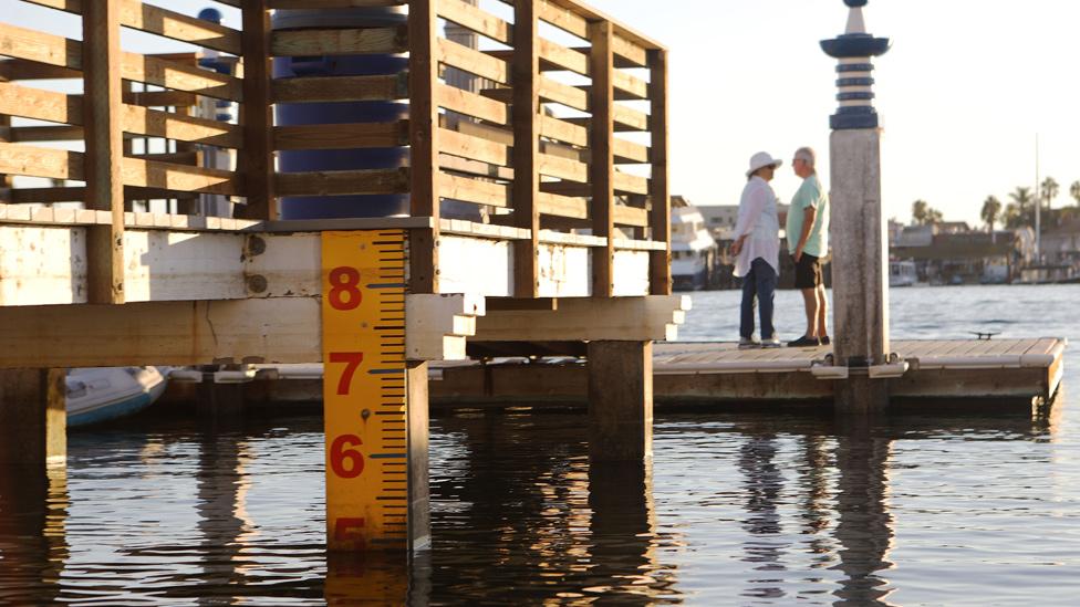 Un metro gigante mide el nivel del agua en Newport Beach, California