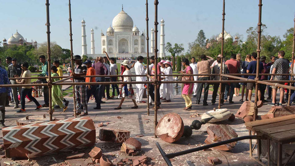 Algunas estructuras externas del Taj Mahal destruidas.