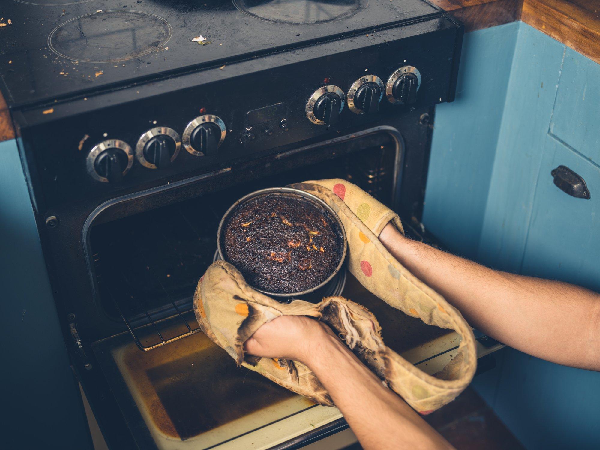 pastel quemado saliendo del horno