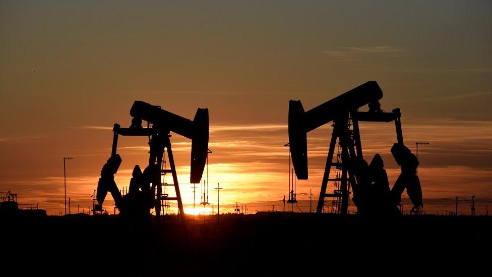 عمل رافعات المضخات عند غروب الشمس في أحد حقول النفط في تكساس، أغسطس/آب 2018