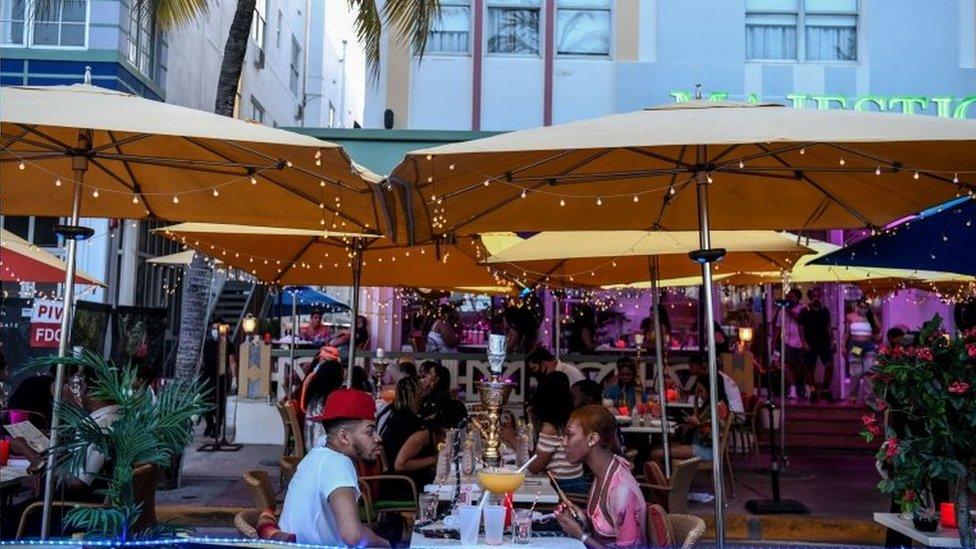 Pessoas em restaurante em Miami