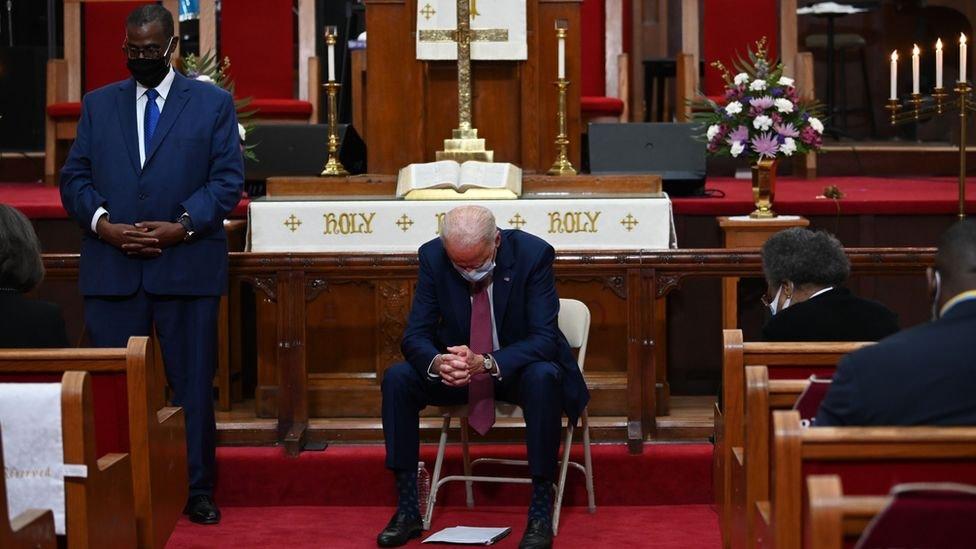 حاول بايدن، وهو رئيس كاثوليكي، أن يوازن بين إيمانه والسياسة