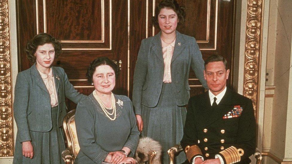 Retrato de la familia real británica con el rey jorge VI, su esposa Isabel y sus hijas las princesas Margarita e Isabel.