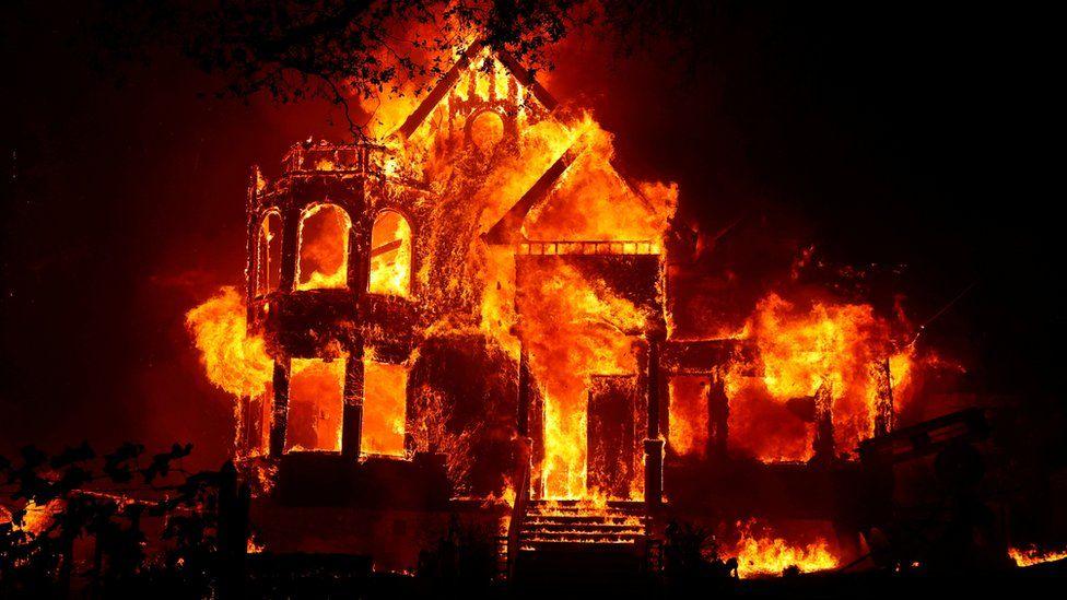 Casa en llamas durante los incendios en California