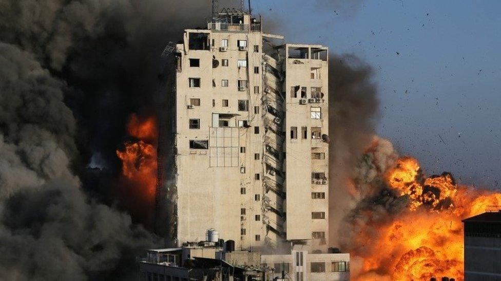 Un edificio impactado por un misil en Gaza.