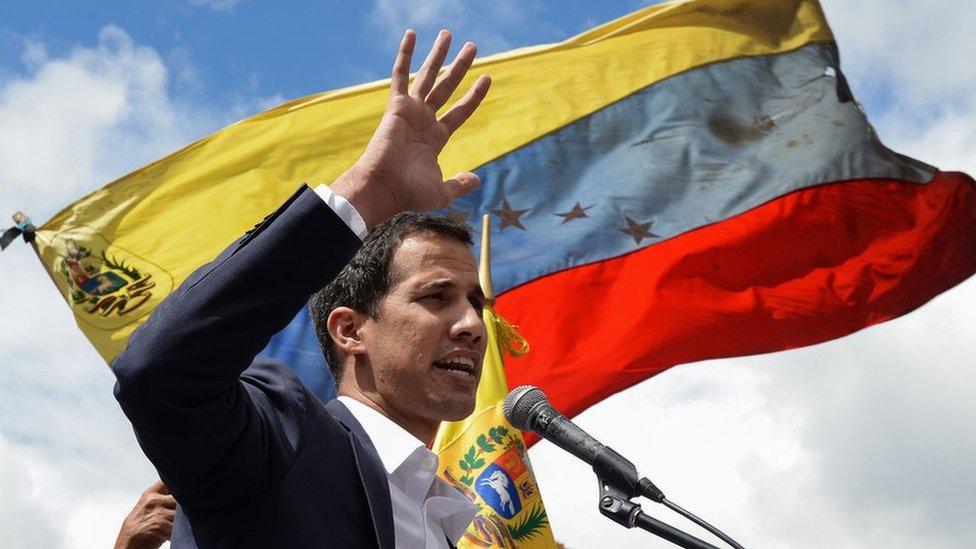 Лидер оппозиции Венесуэлы объявил себя президентом. Его признал Трамп