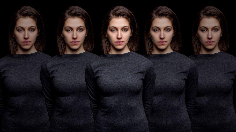 Imagen de una mujer varias veces