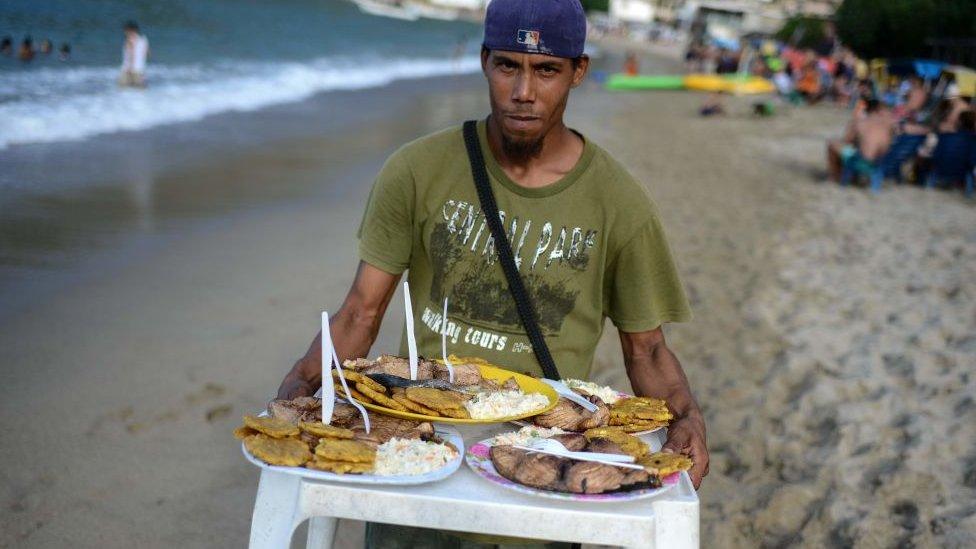 Muchacho con pescado.