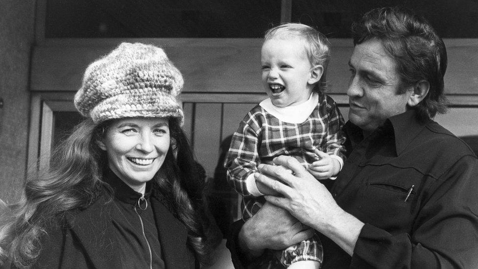 Džoni Keš i njegova žena Džun poziraju sa osamnaestomesečnim sinom Džonom u Glazgovu 1971. godine