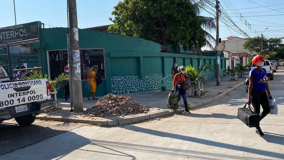 Haitianos en frente a la sede de Interpol