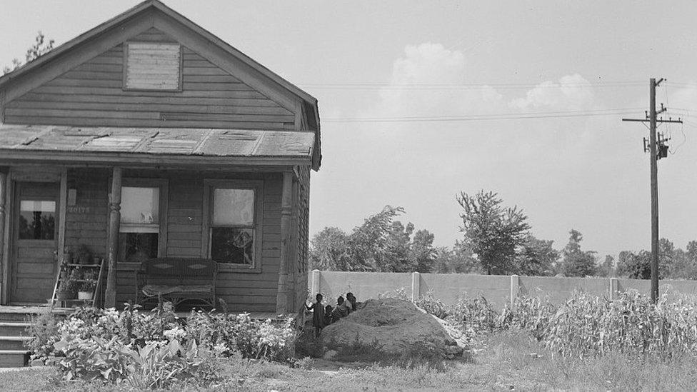 Muro de Detroit detrás de una casa
