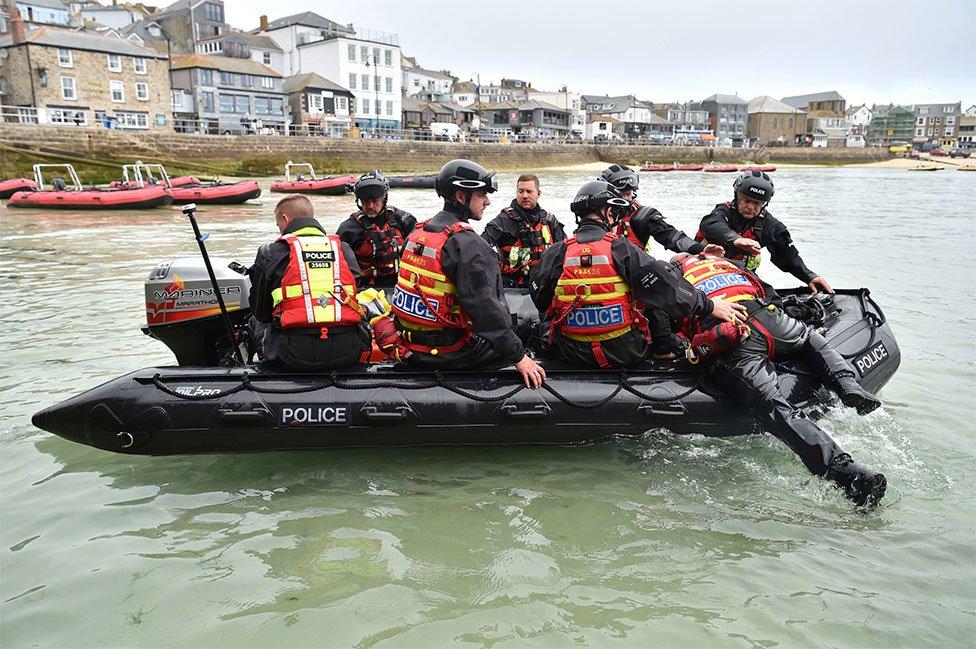 G7峰會東道主在會議舉辦地安排了額外的安保措施。圖為警察在聖艾夫斯的一艘充氣船上巡邏。