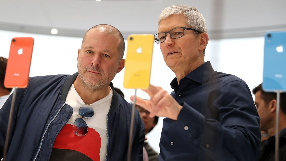 Tim Cook y varios iPhone