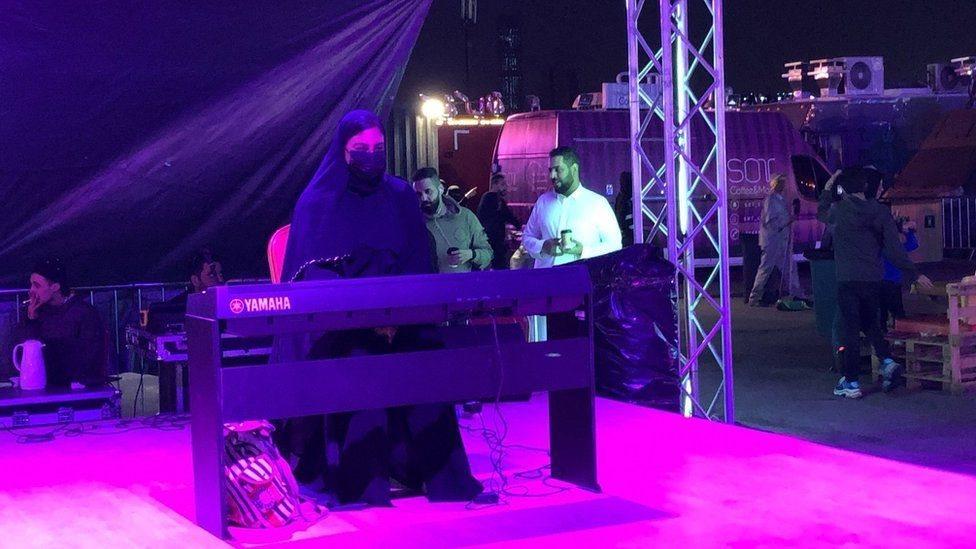 منقبة تعزف على البيانو في السعودية