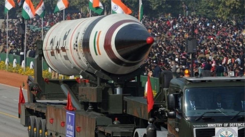 प्रेस रिव्यू: पाकिस्तान के पास ज़्यादा परमाणु बम, पर भारत के दमदार