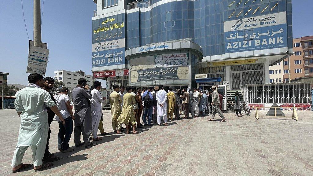 Gente haciendo fila en el Banco Azizi en Kabul.