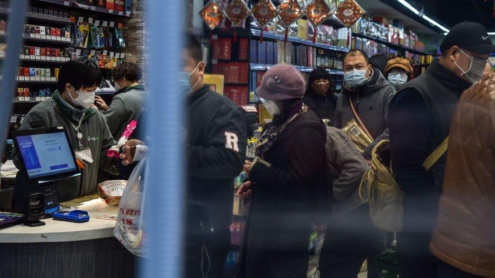 武漢市民爭相外出購買糧食,當地人透露目前食物供應尚算充足。