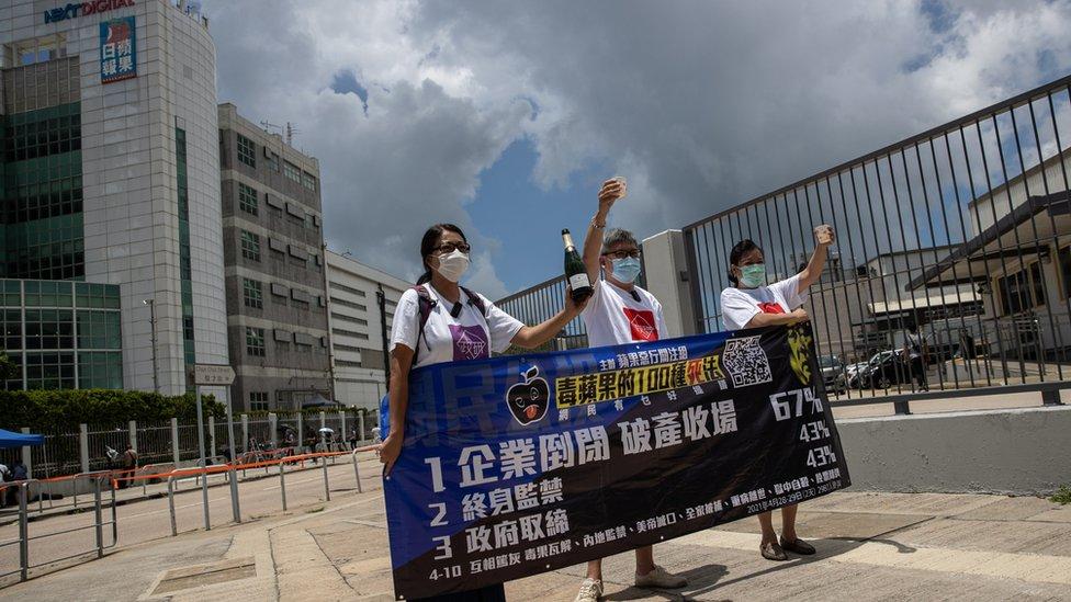 親政府示威者在壹傳媒總部暨蘋果日報報社大樓外開香檳慶祝警察搜查報社(17/6/2021)