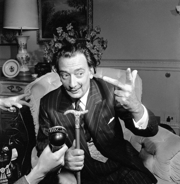 Salvador Dalí en una entrevista con la BBC en 1959.