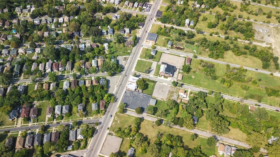 Una vista aérea de Detroit, Michigan, que muestra barrios contrastantes.
