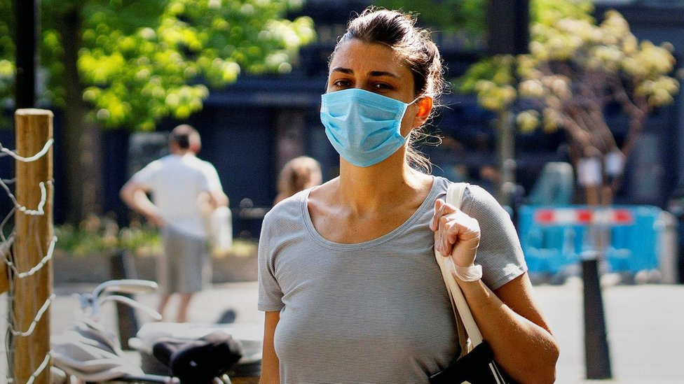 Mujer con máscara