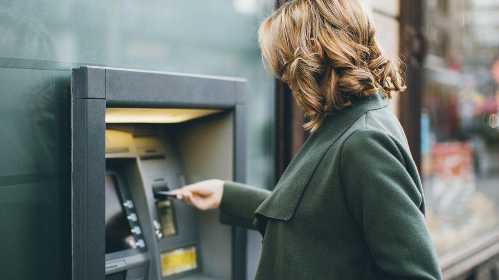 Mujer en cajero automático