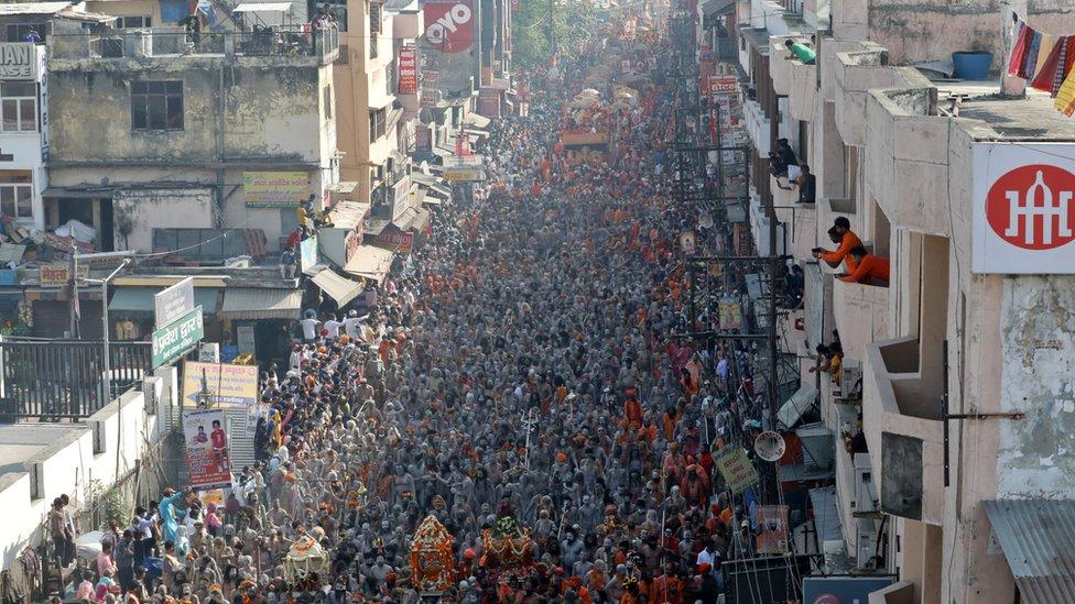 大批印度教裸體苦行僧(Naga Sadhu)在北阿坎德邦赫爾德瓦爾鎮參與大壺節聖浴之後在鎮上巡遊(14/4/2021)