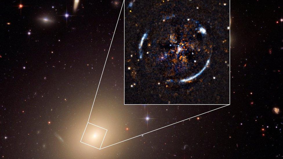 Galaxia ESO 325-004 y el anillo de Einstein que resulta de la distorsión de la luz de una fuente más distante que se encuentra detrás.