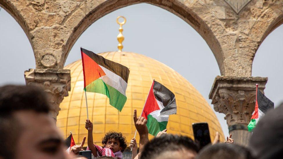 فلسطينيون أمام قبة الصخرة بعد أداء صلاة الجمعة في الأقصى، القدس يوم 21 مايو/أيار 2021