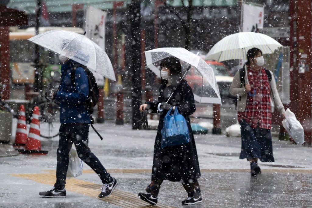 اليابانيون يلتزمون بالقناع