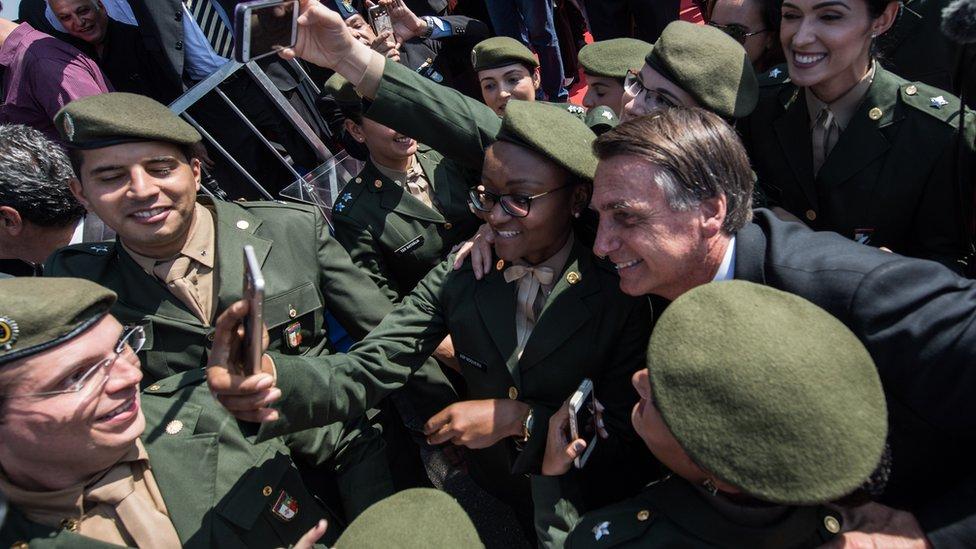 Jair Bolsonaro con militares
