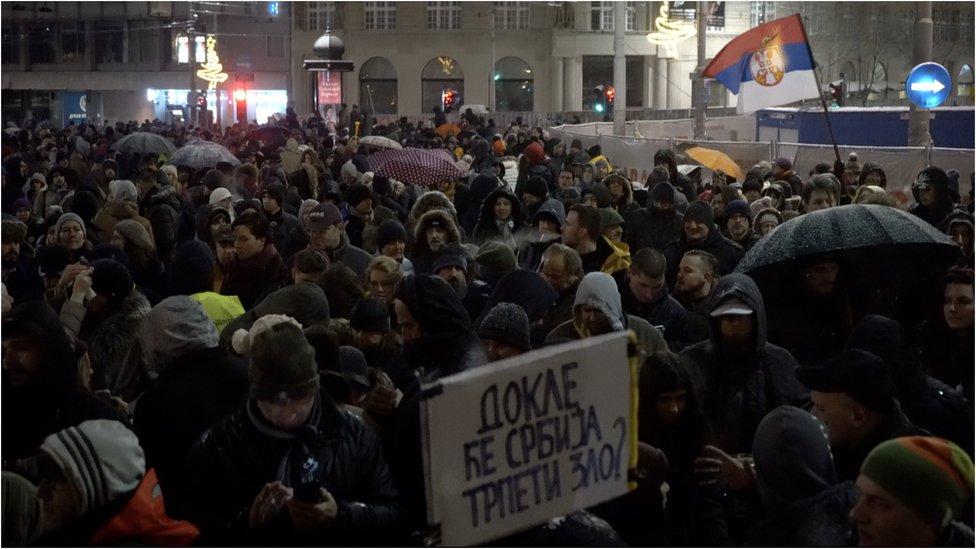Slika velike grupe ljudi sa protesta