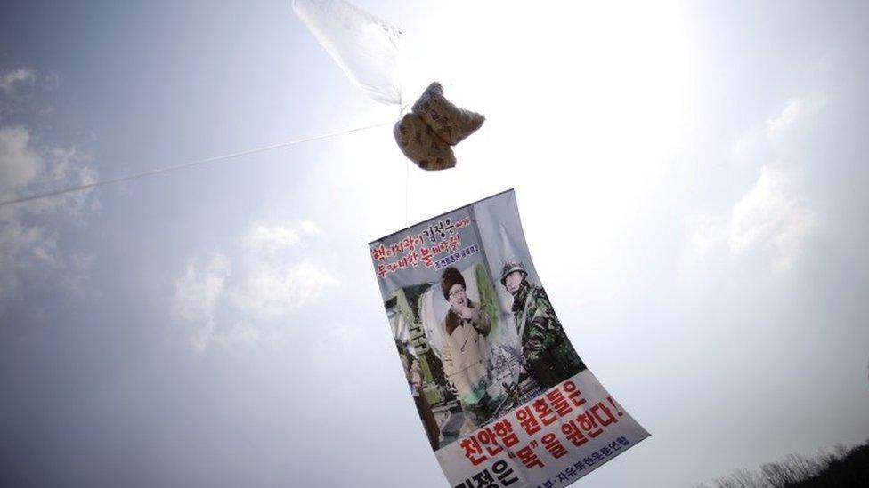在韓國三八線附近升起的氣球,載有批評朝鮮領導人金正恩的傳單。