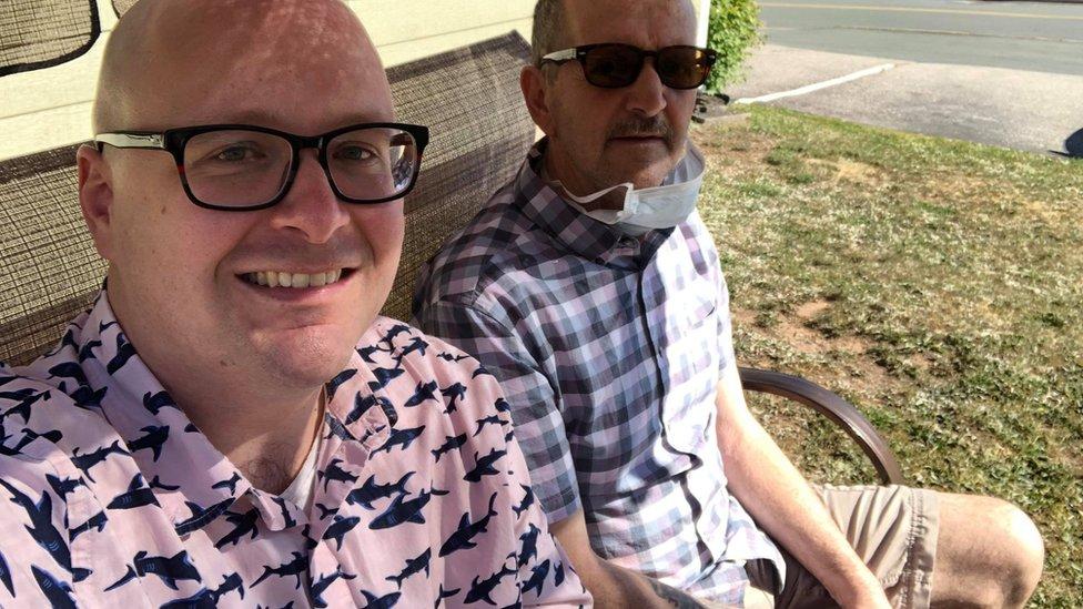 الأعراض ظهرت على روجر إليس (يمين) في عام 2019، حسبما قال ابنه ستيف (يسار)