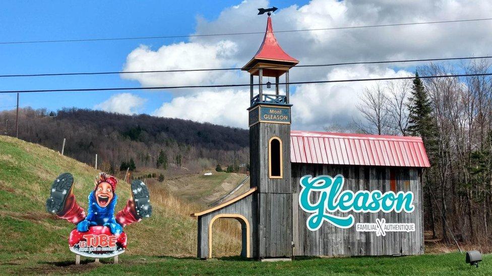Un letrero de Mont Gleason
