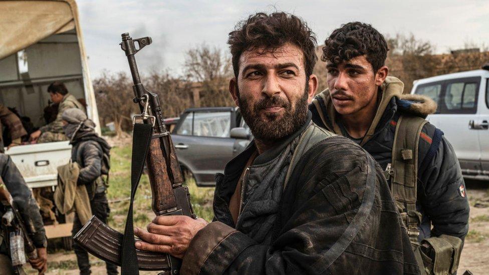 Combatientes de las Fuerzas Democráticas Sirias (SDF)