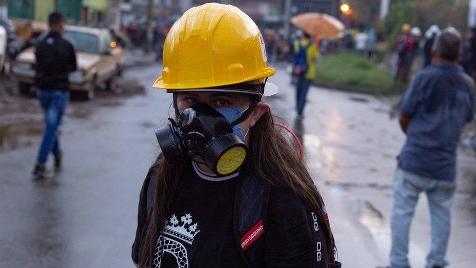 Una manifestante con una máscara de gas en Medellín, 2 de junio de 2021