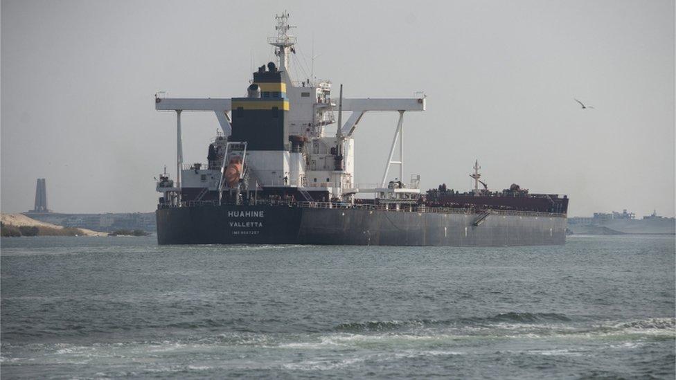 سفينة شحن تبحر في قناة السويس بعد إعادة فتح القناة أمام حركة الملاحة