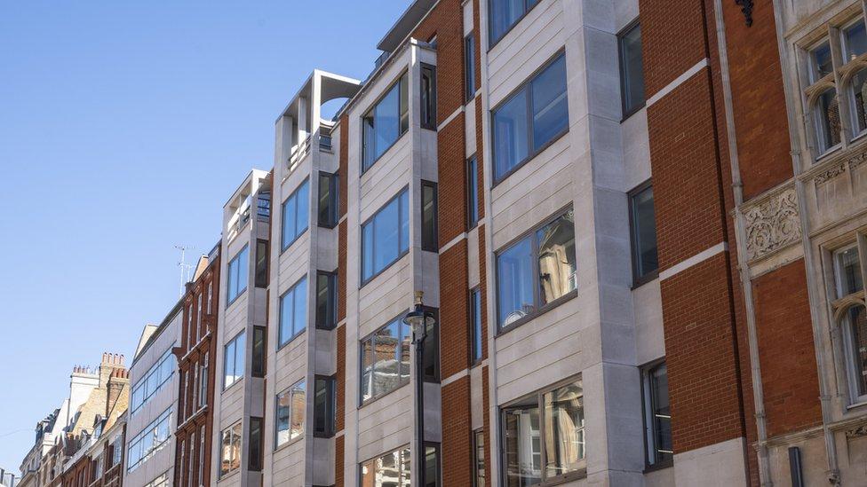 تم بيع مبنى مايفير إلى شركة واجهة في عام 2009