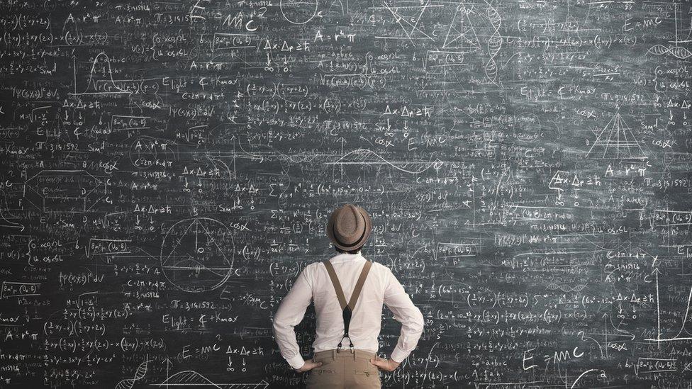 Hombre frente a un problema muy complejo escrito en una pizarra
